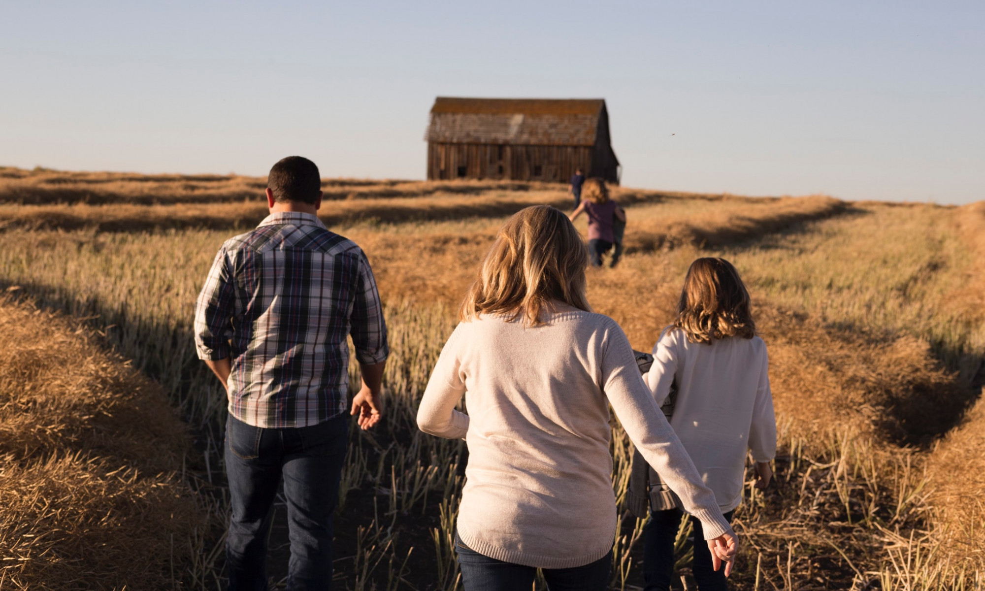 drei Personen auf einem Feld