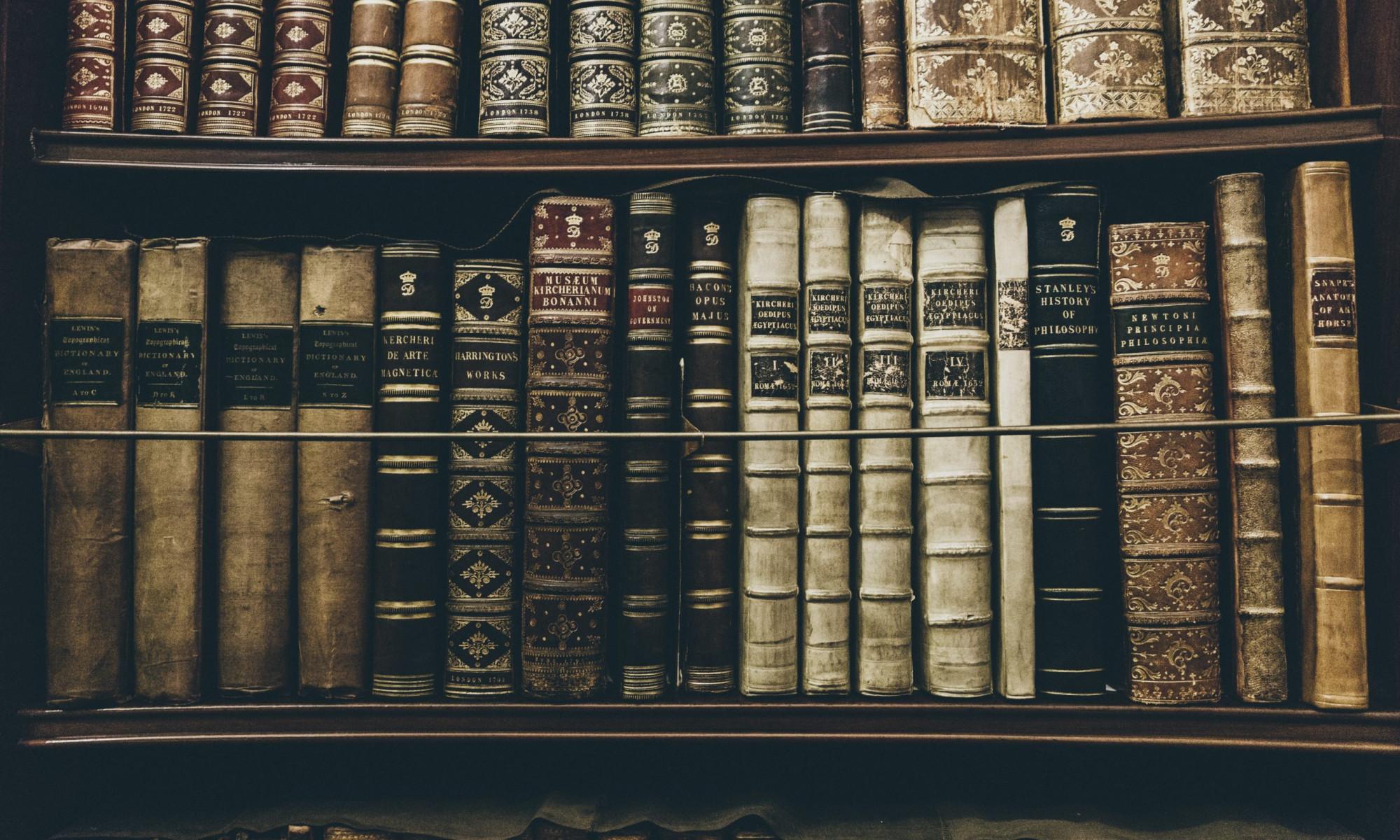 Regal mit alten Büchern