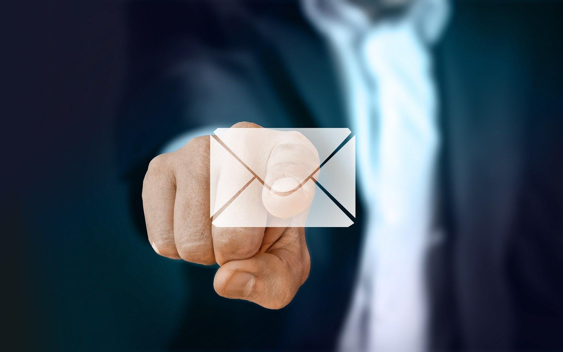 Zeigefinger auf Mailsymbol
