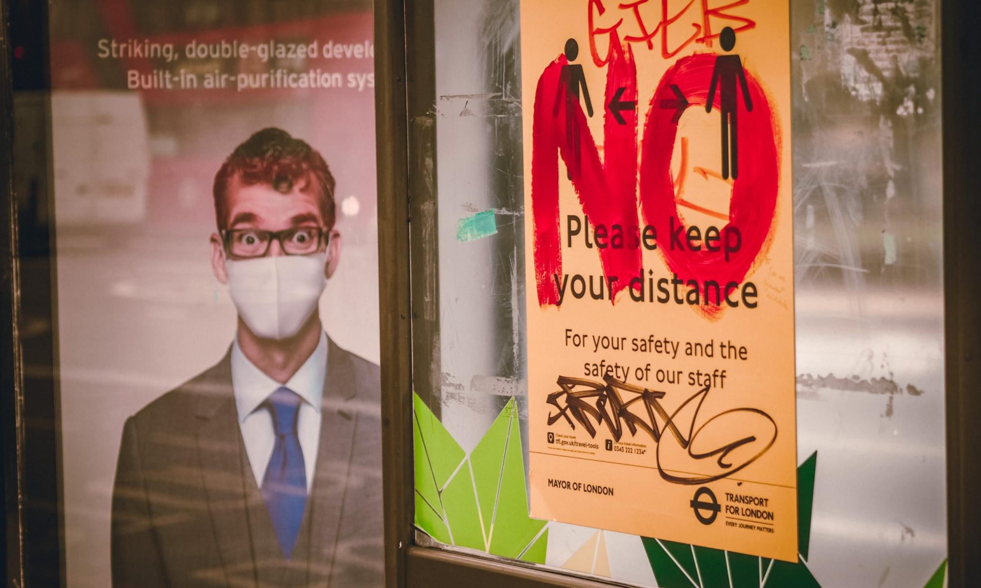 """angesprühtes Plakat, auf dem """"keep distance"""" steht"""