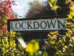 Schild mit Aufschrift Lockdown