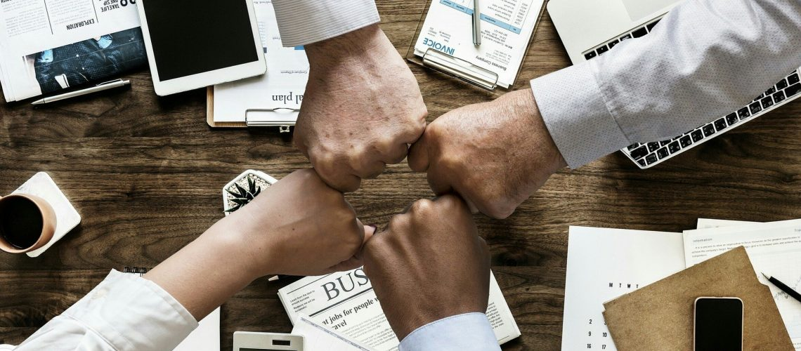 Team Business, Handschlag